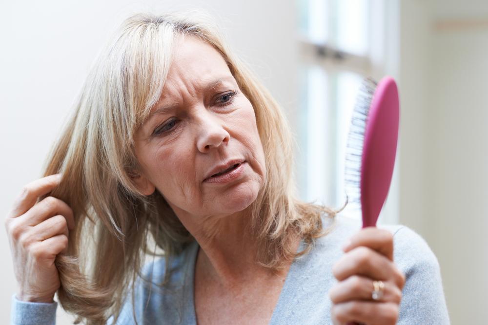 Cât păr este normal să pierdem zilnic și când poate necesita căderea părului un consult de specialitate?