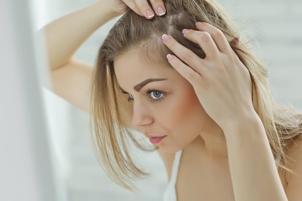 Căderea părului după naștere: Care sunt cauzele și ce soluții există?